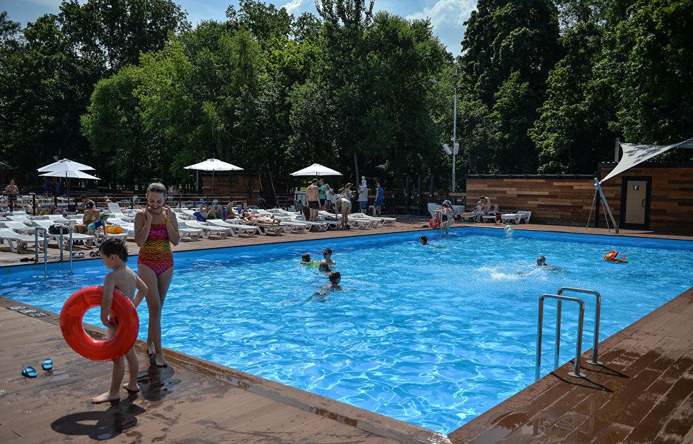 Rusya'nın başkenti Moskova'da 32 dereceyi aşan hava sıcaklığıyla kent sakinleri 'parklara döküldü.' Moskova'da yaz sezonuyla birlikte bikini sezonu da açıldı.