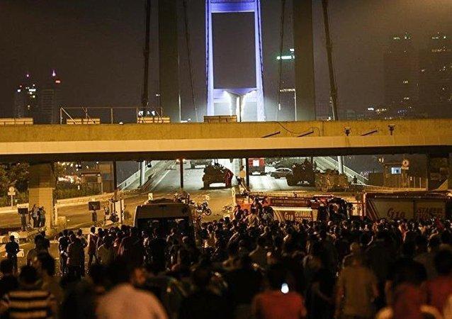 Askerlerin Boğaziçi Köprüsü'nde vatandaşların üzerine ateş açtığı anların yeni görüntüsü çıktı.