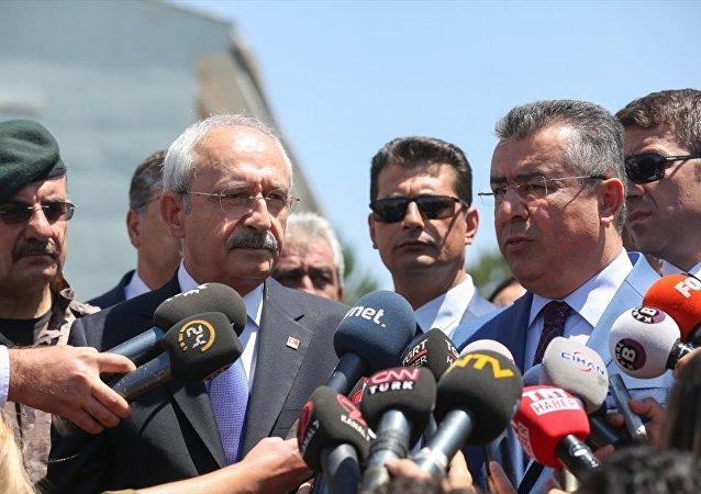 CHP Genel Başkanı Kemal Kılıçdaroğlu, FETÖ'nün 15 Temmuz'daki darbe girişimi sırasında uçaklar tarafından bombalanan Gölbaşı Polis Özel Harekat Daire Başkanlığını ziyaret etti.