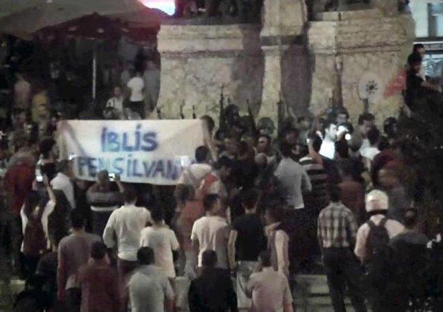 Darbe girişiminin yaşandığı gece Taksim Meydanı'nda yaşananlarla ilgili yeni görüntülere ulaşıldı.