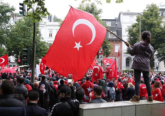 Hamburg'daki Türk Konsolosluğu önünde darbe karşıtı eylem.