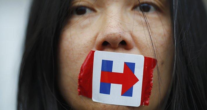 Sanders taraftarları, protesto gösterisi sırasında Hilary Clinton'ın seçim kampanyasının sembolünü ağızlarını kapatmak için kullandı.