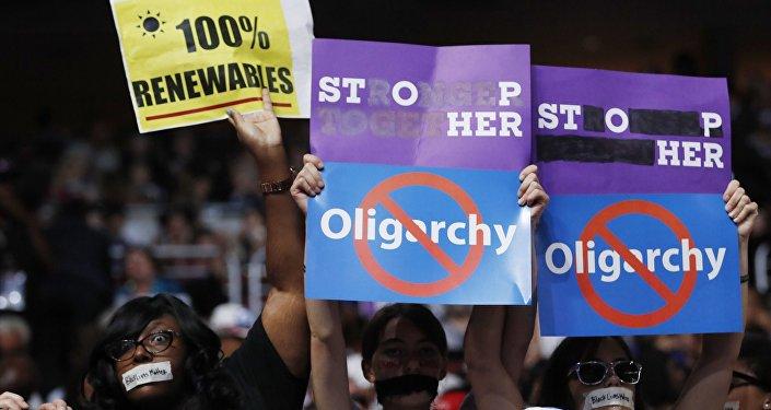 Eski başkan adayı Bernie Sanders'ın destekçileri Demokratların Ulusal Kongresi'nin üçüncü gününde çeşitli pankartlar açarak protesto gösterisinde bulundu.