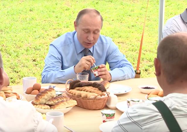 Rusya Devlet Başkanı Vladimir Putin, dün gerçekleştirilen bir tarım toplantısı kapsamında yoğurt yerken görüntülendi. Putin, yoğurttaki keçiyemişi meyvesinin de Rusya topraklarında üretilmesi gerektiğini söyledi.