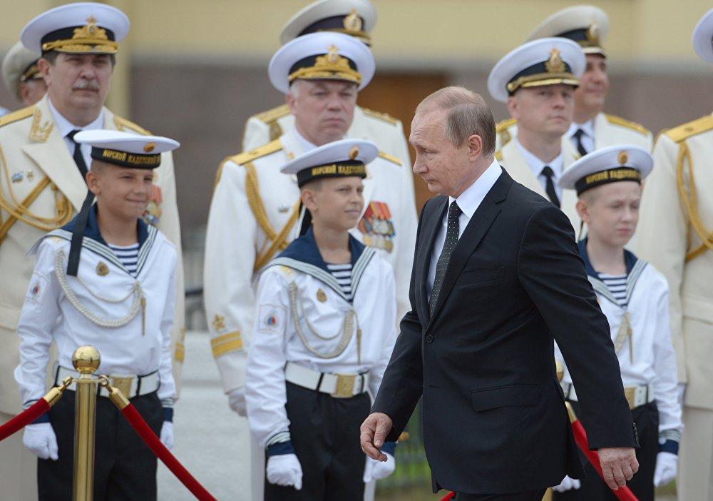 Rusya Devlet Başkanı Putin, Donanma Günü vesilesiyle Saint Petersburg'da düzenlenen resmigeçide katıldı.