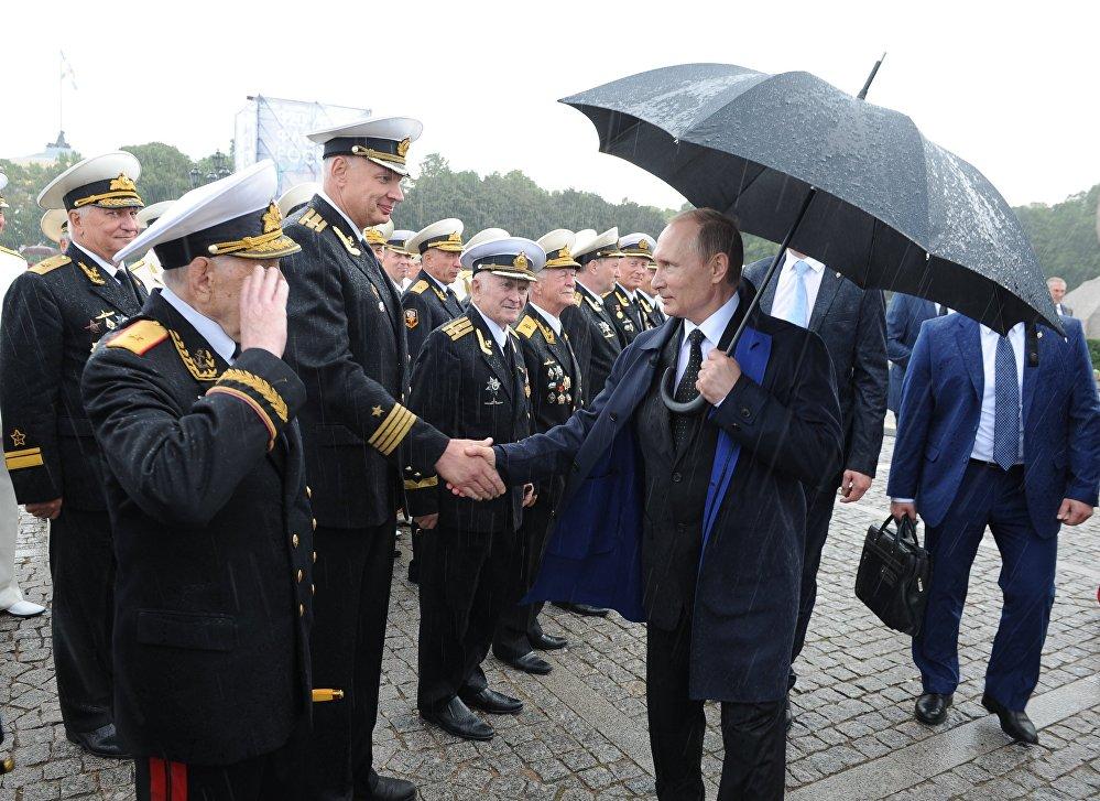 Rusya Devlet Başkanı Putin, Donanma Günü vesilesiyle Saint Petersburg'da düzenlenen resmi geçide katıldı.