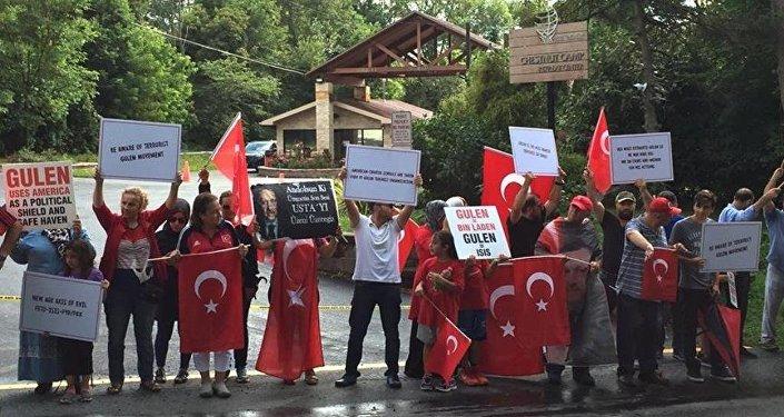 Fethullah Gülen Pensilvanya'daki malikanesinde protesto edildi