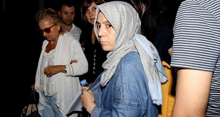 Fetullahçı Terör Örgütü'nün (FETÖ) darbe girişimine ilişkin soruşturma kapsamında gözaltına alınan ve mahkemeye sevk edilen gazetecilerden Nazlı Ilıcak (solda) ve Hanım Büşra Erdal (sağda), tutuklandı.