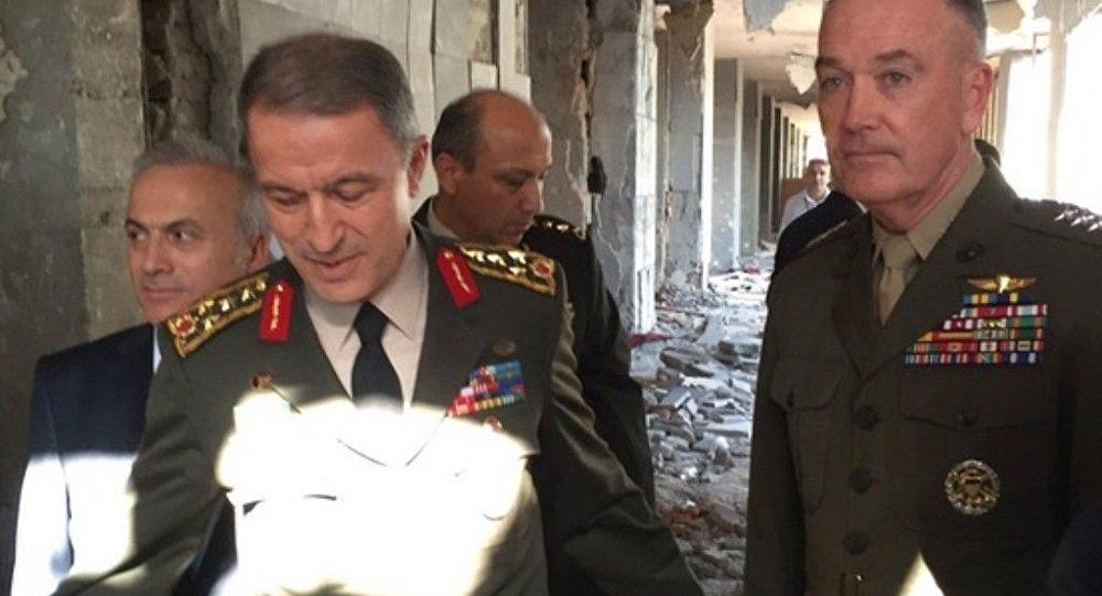 ABD Genelkurmay Başkanı Joseph Dunford, mevkidaşı Hulusi Akar'la birlikte darbecilerin bombalı saldırısına uğrayan TBMM'yi ziyaret etti.