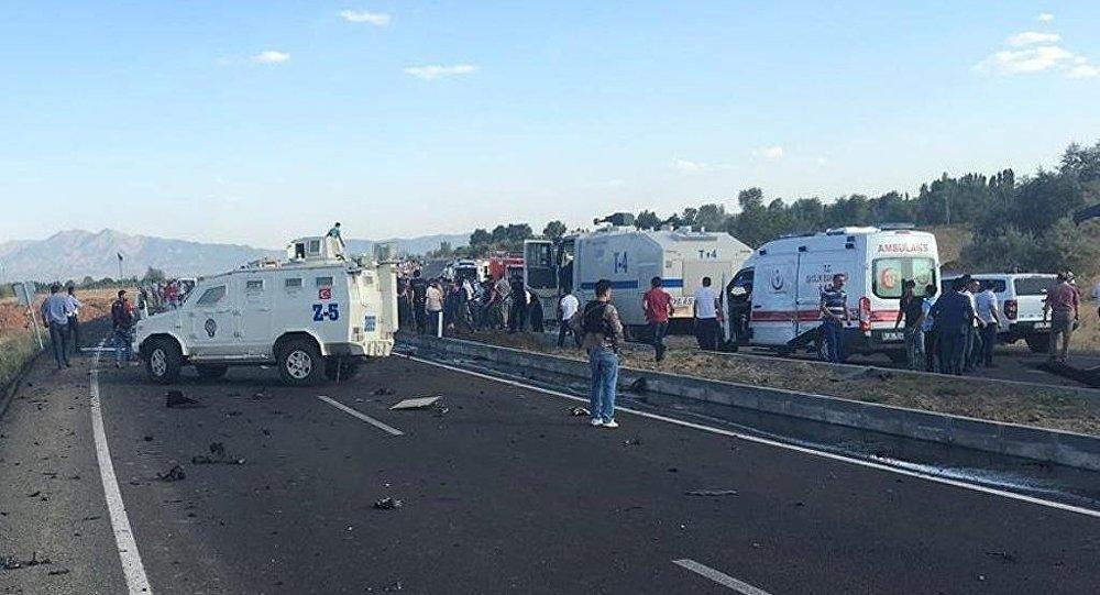 Bingöl çevre yolunda, özel harekat polislerini taşıyan servis aracının geçişi esnasında patlama meydana geldi.