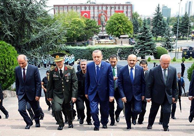 Cumhurbaşkanı Recep Tayyip Erdoğan, 15 Temmuz'da Fetullahçı Terör Örgütü (FETÖ) tarafından gerçekleştirilen darbe girişiminde hedef olan Genelkurmay Başkanlığına geldi. Cumhurbaşkanı Erdoğan, Genelkurmay Başkanı Orgeneral Hulusi Akar ile görüştü. Cumhurbaşkanı Erdoğan'a, İçişleri Bakanı Efkan Ala ve Milli Savunma Bakanı Fikri Işık da eşlik etti.