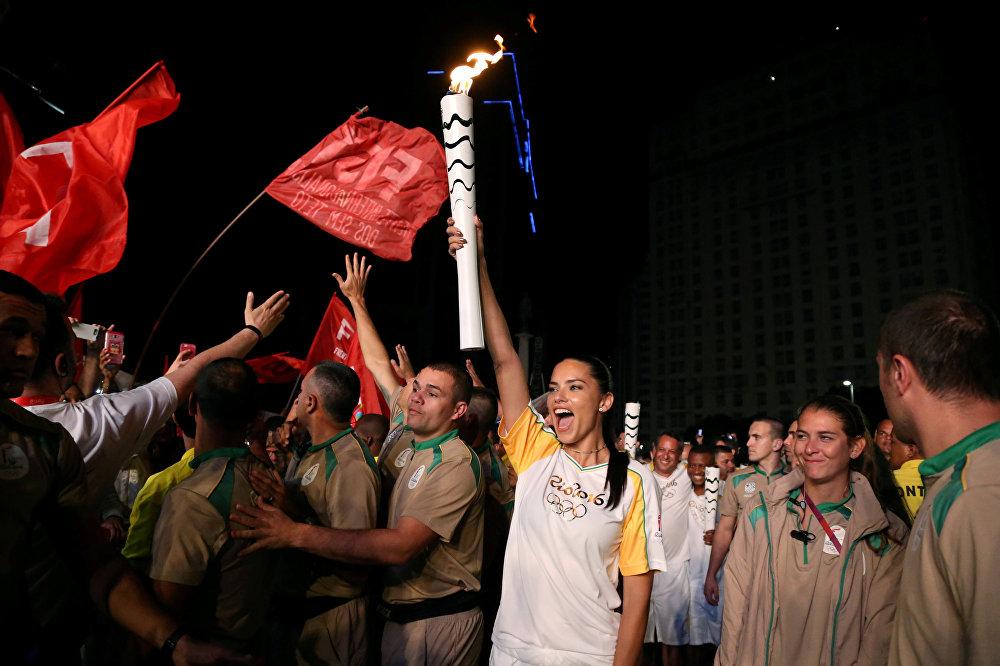Brasilia'dan Olimpiyat Oyunları'na ev sahipliği yapacak Rio de Janeiro'ya kadar getirilen Olimpiyat Ateşi, Brezilyalı ünlü model Adriana Lima tarafından taşındı.