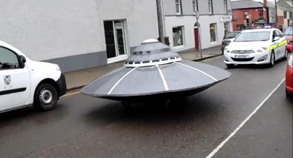 İrlanda sokaklarında beliren UFO'ya polis eskortu