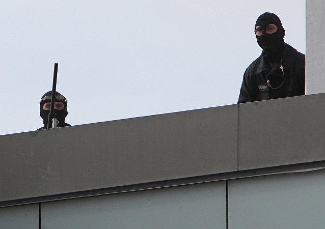Almanya'nın Saarbruecken kentinde silahlı bir adam kendini restorana kapattı