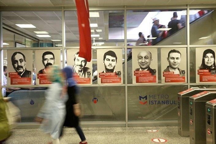 Darbe girişimi sırasında hayatını kaybedenlerin fotoğrafları, İstanbul'da Yenikapı Metro İstasyonu'na asıldı.