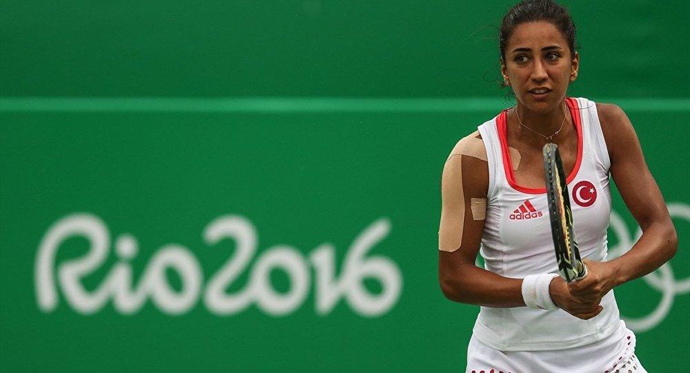 2016 Rio Olimpiyatları'nda korta çıkan ilk milli tenisçi Çağla Büyükakçay, Rus Ekaterina Makarova'ya 2-1 yenilerek turnuvaya veda etti