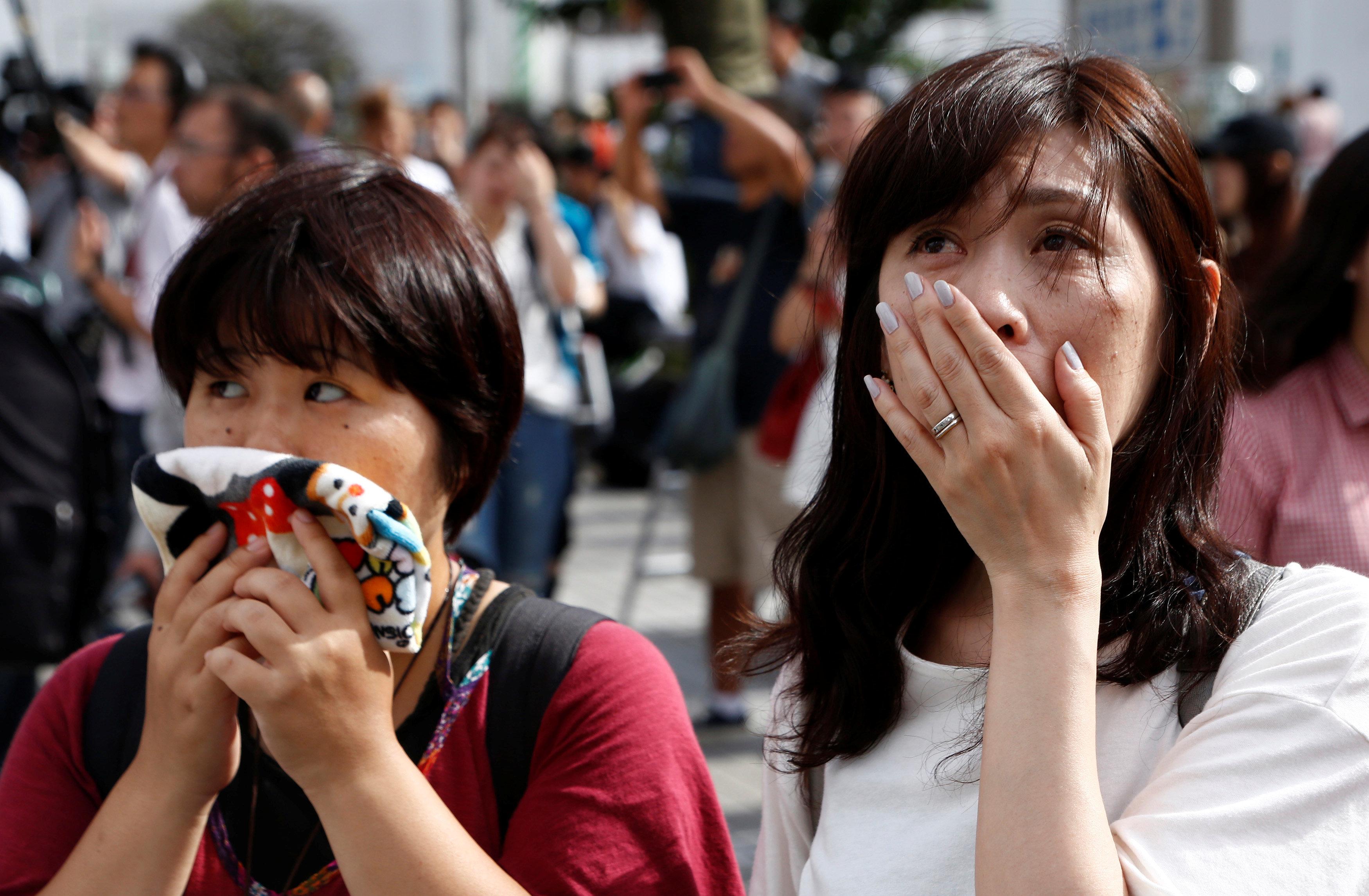 İmparator Akihito'nun açıklamasını dinleyen Japonlar gözyaşlarına engel olamadı.