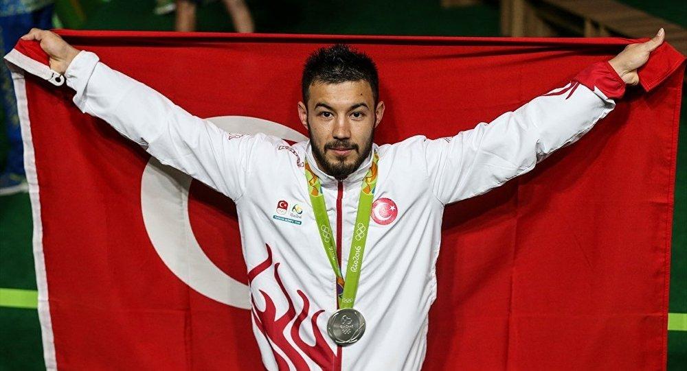 Rio 2016 Yaz Oyunları Brezilya'nın Rio De Janeiro kentinde devam ediyor. Erkekler 69 kiloda milli halterci Daniyar İsmailov gümüş madalya kazandı.
