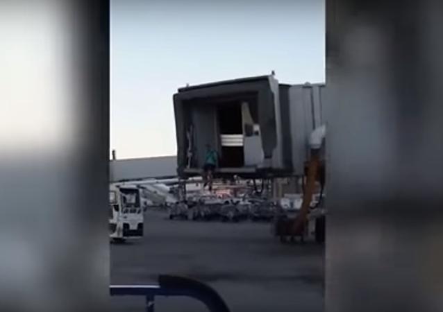 İspanya'nın başkenti Madrid'deki Barajas Uluslasarası Havalimanı'nda bir Ryanair yolcusunun kaçırdığı uçağı kovaladığı anlar kameraya yansıdı. Gülümseten anların görüntüsü 1 milyon kez görüntülendi.