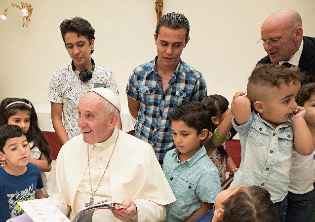 Papa Francis Suriyeli sığınmacılarla yemek yedi.