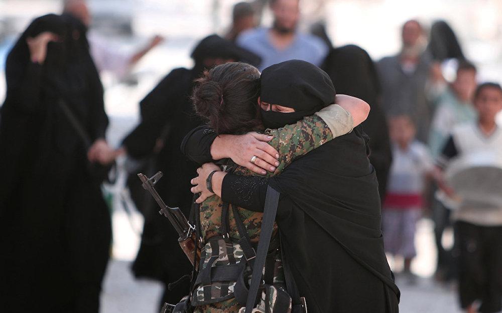 Demokratik Suriye Güçleri askerine sarılan bir Menbiçli kadın.