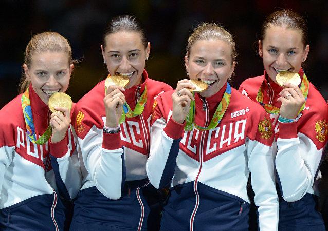 Rio Olimpiyat Oyunları'nda kadınlar eskrim takımı olarak altın madalya alan Rus sporcular