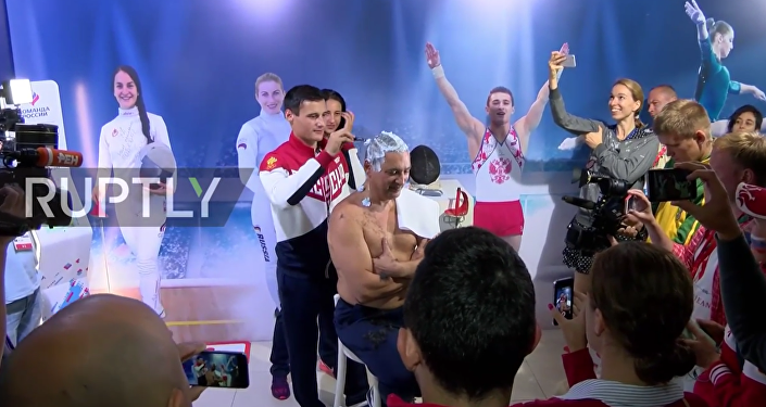 Rio'da takımı 7 madalya kazanan Rus antrenör İlgar Mamedov saçlarını kazıttı.