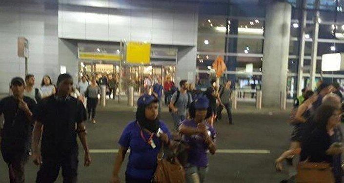 silah sesleri ihbarı üzerine New York'daki JFK Havalimanının bazı terminalleri boşaltıldı