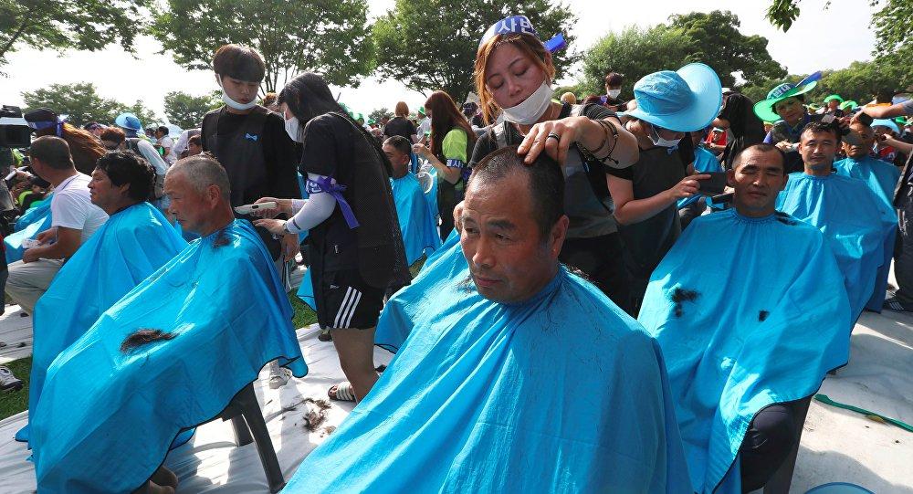 Güney Kore'de Bölge Yüksek İrtifa Hava Savunması (THAAD) füze sistemlerini protesto eden 900 kişi toplu olarak saçlarını kazıttı.