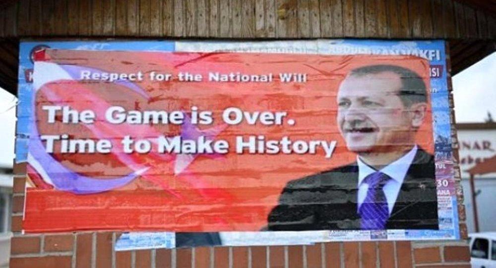 İncirlik'in girişine, İngilizce 'Oyun bitti. Zaman, tarih yazma zamanı' yazılı afiş astılar.