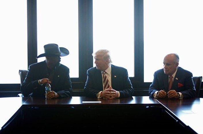 Trump, Milwaukee'de Şerif David Clarke Jr. ve eski New york valisi Rudy Giuliani ile biraraya gelerek son günlerde yaşanan şiddet olaylarını değerlendirdi.