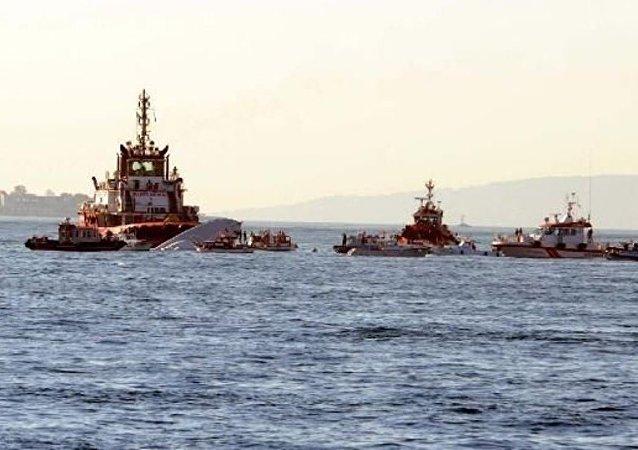 Sarayburnu açıklarında Sahil güvenlik botu ile yük gemisi çarpıştı