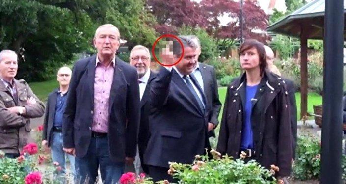 Sigmar Gabriel, Neo-Nazi gençlere orta parmağını gösterdi