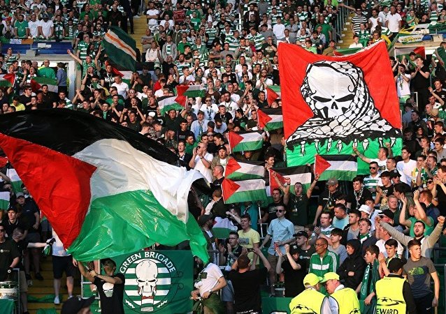 Celtic taraftarları İsrail takımıyla oynadığı maçta Filistin bayrağı açtı