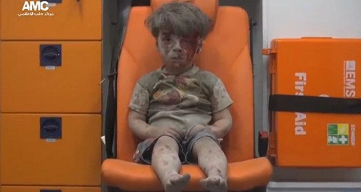 Halep Medya Merkezi tarafından kaydedilen ve beş yaşındaki Ümran'ın yıkılan evinin enkazının altından çıkarıldıktan sonra bekletildiği ambulansta çekilen görüntüler hem uluslararası basın kuruluşları tarafından kullanıldı hem de sosyal medya üzerinden yüzbinlerce kişiye ulaştı.