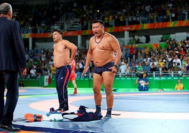 Moğol antrenörler, Rio 2016 final gününde soyunarak hakem kararını protesto etti
