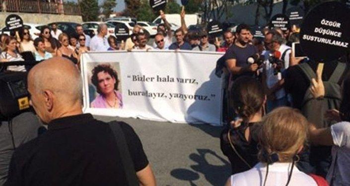 Aslı Erdoğan için 'özgürlük nöbeti' başladı.