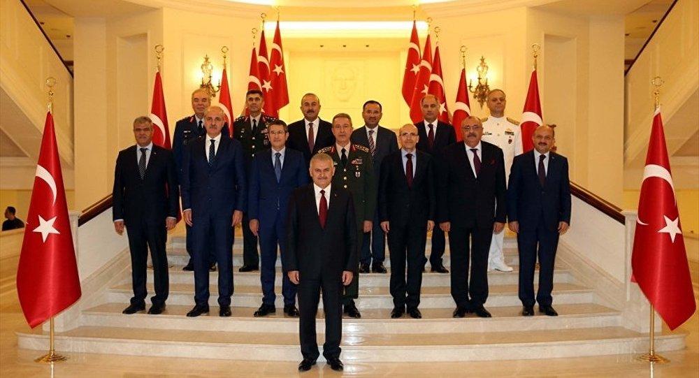 Yüksek Askeri Şura (YAŞ) Başbakan Binali Yıldırım başkanlığında ikinci kez Çankaya Köşkü'nde toplandı. Başbakan Yıldırım başkanlığındaki toplantıya, Genelkurmay Başkanı Orgeneral Hulusi Akar, Başbakan Yardımcıları Nurettin Canikli, Numan Kurtulmuş, Mehmet Şimşek, Tuğrul Türkeş, Veysi Kaynak, Adalet Bakanı Bekir Bozdağ, Dışişleri Bakanı Mevlüt Çavuşoğlu, İçişleri Bakanı Efkan Ala, Milli Savunma Bakanı Fikri Işık, Kara Kuvvetleri Komutanı Orgeneral Salih Zeki Çolak, Deniz Kuvvetleri Komutanı Oramiral Bülent Bostanoğlu ve Hava Kuvvetleri Komutanı Orgeneral Abidin Ünal katıldı. Toplantı sonrası aile fotoğrafı çektirildi.