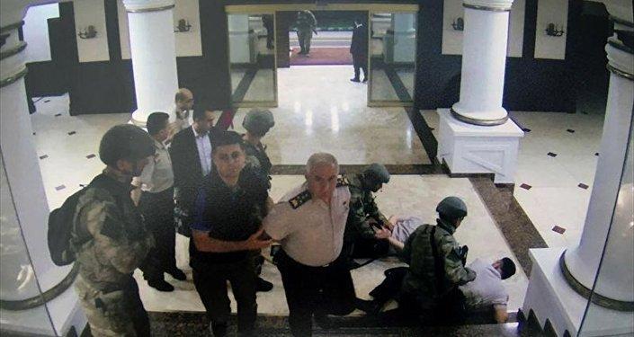 Görüntülerde Genelkurmay 2. Başkanı Orgeneral Yaşar Güler, elleri arkadan bağlı şekilde darbeciler tarafından götürülürken görülüyor.