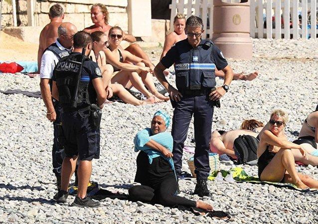 Fransa Nice'de burkini yasağını uygulayan polis plajlarda baskın yapıyor
