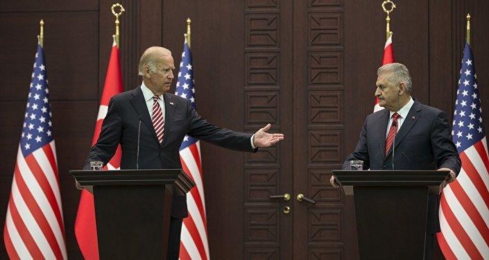 Başbakan Binali Yıldırım, ABD Başkan Yardımcısı Joe Biden ile bir araya geldi. Görüşmenin ardından Başbakan Yıldırım ve Biden, ortak basın toplantısı düzenledi.