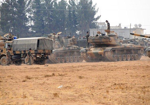 ÖSO ve Türk askerleri Cerablus'un batısına doğru ilerlerken, IŞİD'in Cerablus'un batı ve güneybatısındaki köylerden de çekildiği ve El Bab kentine doğru kaçtığı belirtildi.