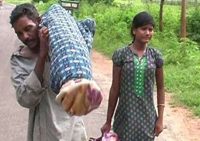 Dana Majhi, ölen karısını sırtında taşımak zorunda kaldı