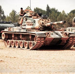 TSK'nın dün sabaha karşı Suriye'de başlattığı Fırat Kalkanı harekatı ikinci günde de devam ederken, bu sabah Cerablus bölgesine tank sevkiyatı yapıldı.