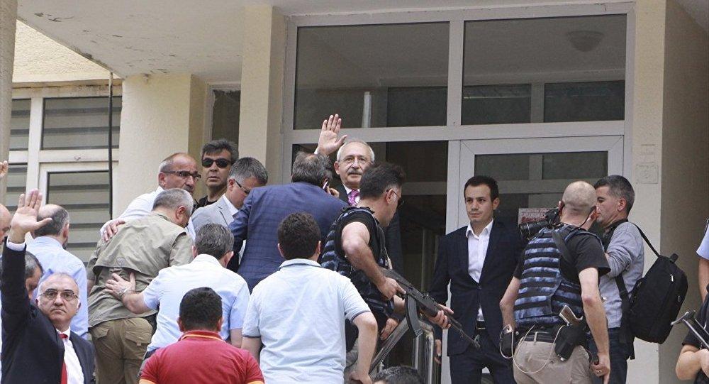 CHP Genel Başkanı Kemal Kılıçdaroğlu'nun konvoyuna, Artvin'in Şavşat ilçesinden Ardanuç ilçesine gittiği esnada saldırı yapıldı.