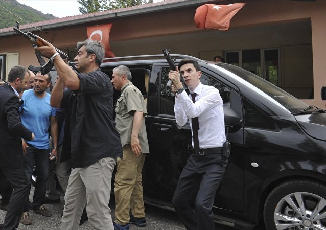 CHP lideri Kılıçdaroğlu'nun saldırı sonrası soğukkanlılığını koruması dikkat çekti.