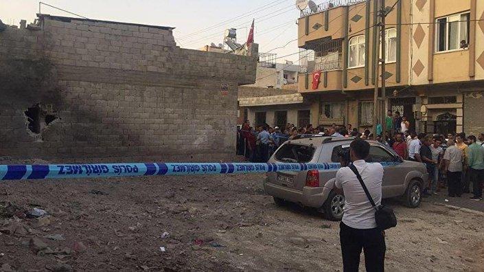 Suriye sınırının terör örgütlerinin kontrolündeki bölgesinden saat 18.25 sıralarında peş peşe ateşlenen Katyuşa roketlerinden biri, Kazım Karabekir Mahallesi'ndeki bir evin duvarına isabet etti.