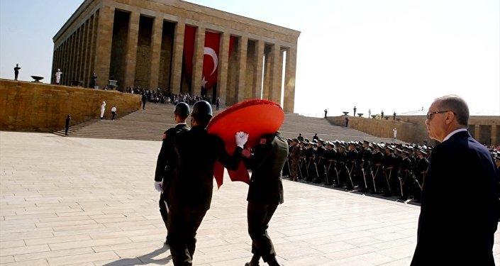 30 Ağustos kutlamaları için Cumhurbaşkanı Tayyip Erdoğan, diğer protokolle birlikte Anıtkabir'de Aslanlı Yol'dan yürüdü.