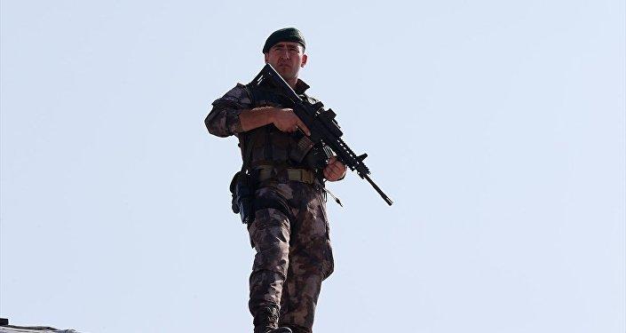 Güvenlik önlemi alan Özel Harekat Polislerinden biri objektiflere böyle yansıdı.