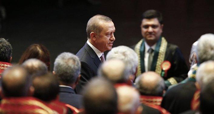 Cumhurbaşkanı Recep Tayyip Erdoğan, salona girerken hakim ve savcılar ayağa kalkarak alkışladı.
